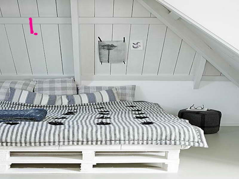Eco-Friendly-Shipping-Pallet-Bed-for-Sleeping-Enjoyment-with-stripped-blanket