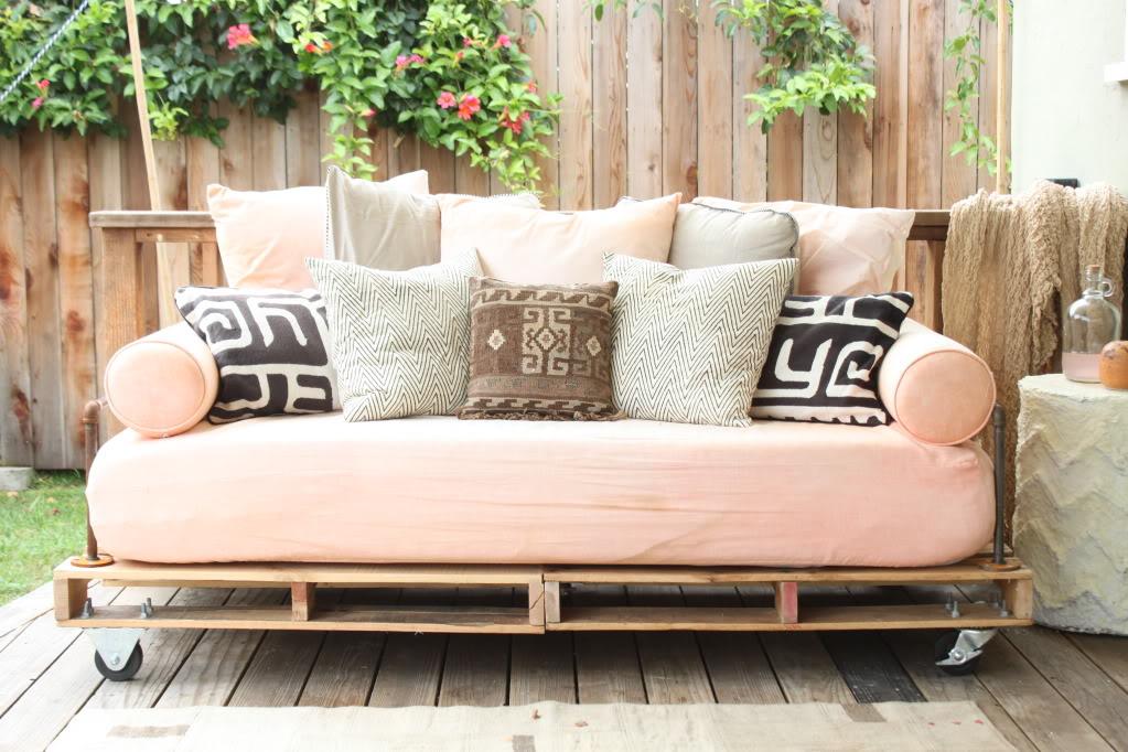 diy-pallet-outdoor-couch-1-via-niketalk