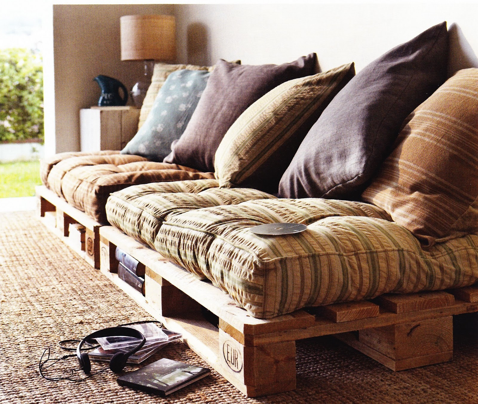 Pallet sofa from frenchbydesign.blogspot.com